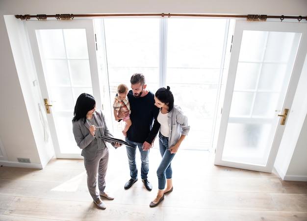 Família comprando casa nova