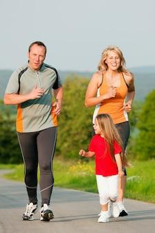 Família correndo ao ar livre