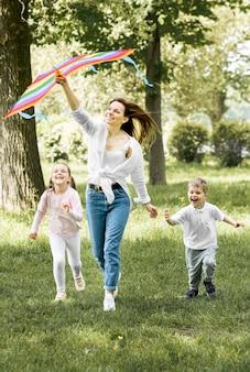 Família correndo com uma pipa
