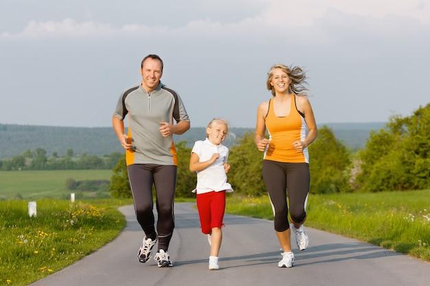 Família correndo para o esporte ao ar livre