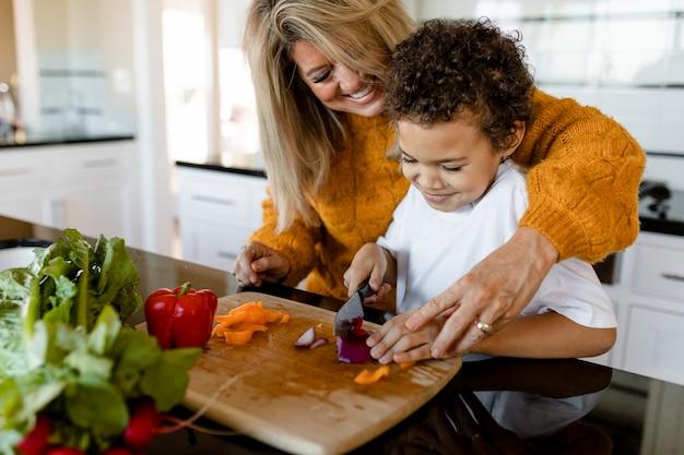 Família cozinhando café da manhã em casa