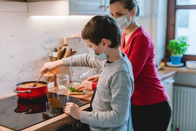 Família cozinhando em casa durante a crise do coronavírus