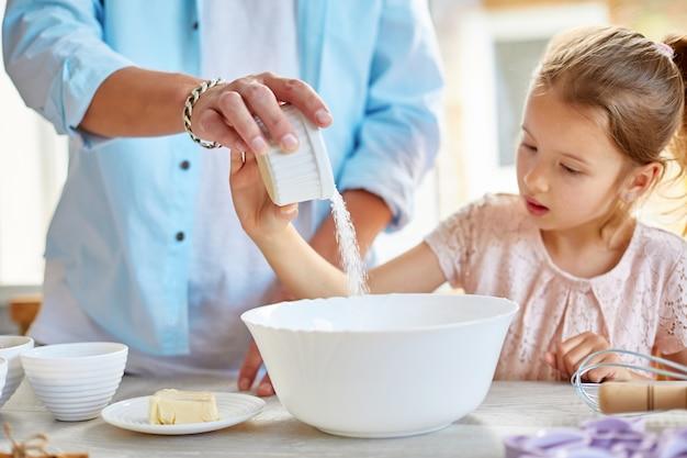 Família cozinhando em casa, paternidade e conceito de fim de semana em família
