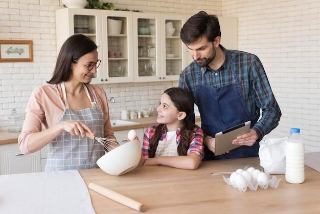 Família cozinhando juntos