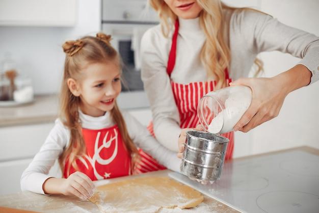 Família cozinhar a massa para biscoitos