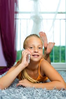 Família, criança com celular ou smartphone