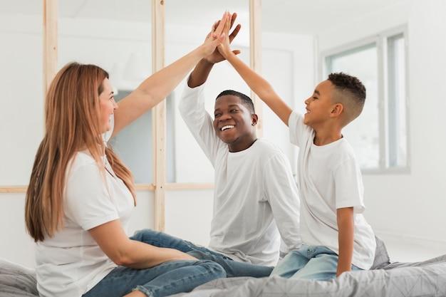 Família, cumprimentando em ambientes fechados