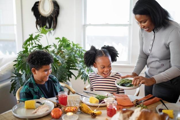 Família curtindo o jantar do dia de ação de graças