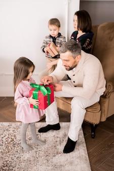 Família dando presentes para crianças
