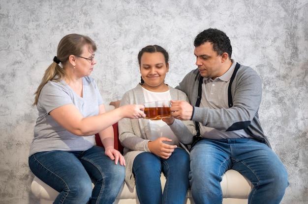 Família de alto ângulo bebendo chá