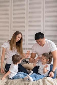 Família de alto ângulo em casa