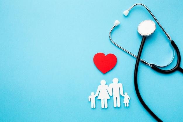 Família de cadeia de papel com coração e estetoscópio