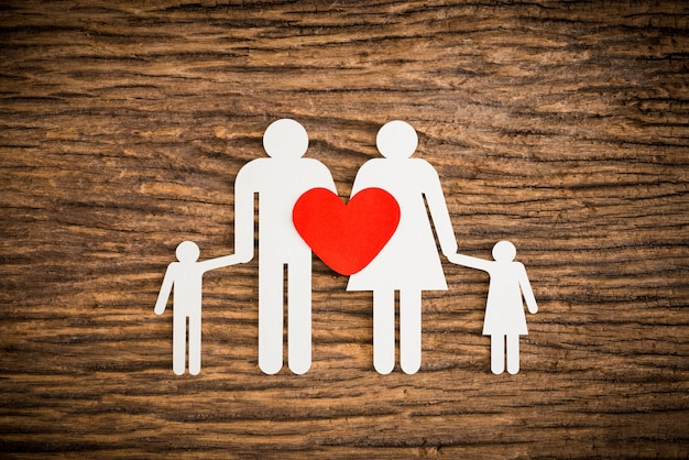 Família de cadeia de papel e coração vermelho simbolizando