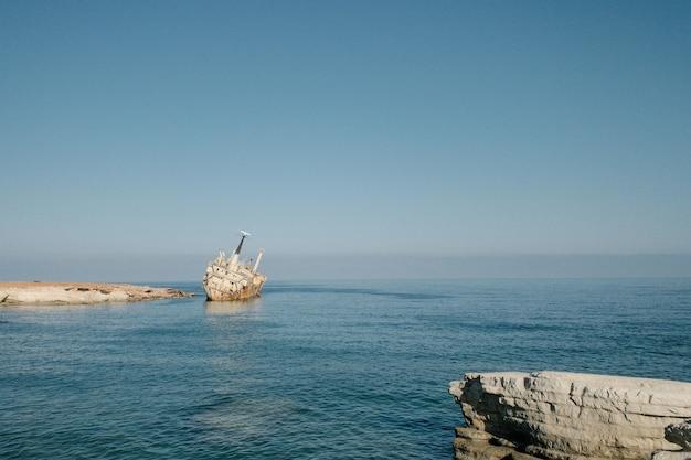 Família de casal viajando juntos perto do oceano em chipre. férias de verão do conceito de estilo de vida de homem e mulher ao ar livre. bela paisagem natural na vista lateral de fundo