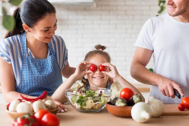 Família de close-up cozinhando juntos