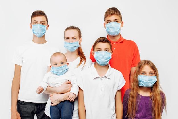 Família de coronavírus pandêmico cavid-19, pais e filhos usam uma máscara protetora para proteger contra vírus e doença de coronavírus