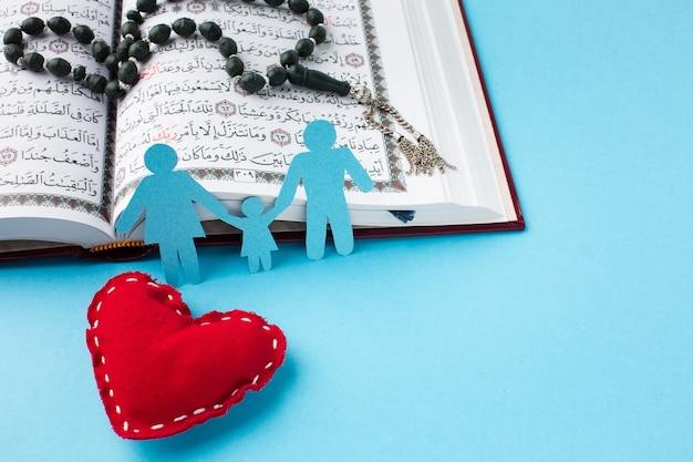 Família de corte de papel de close-up com o conceito de coração