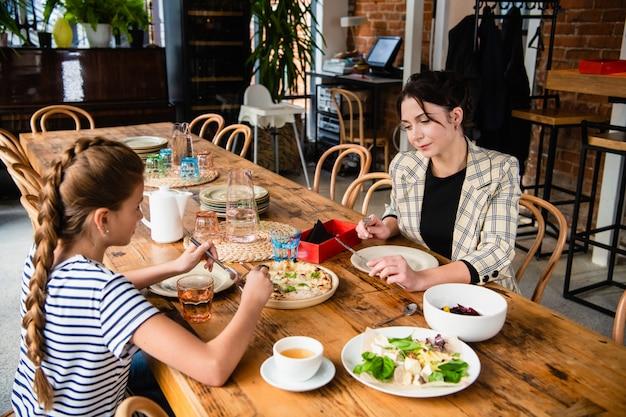 Família de dois almoçando em um café