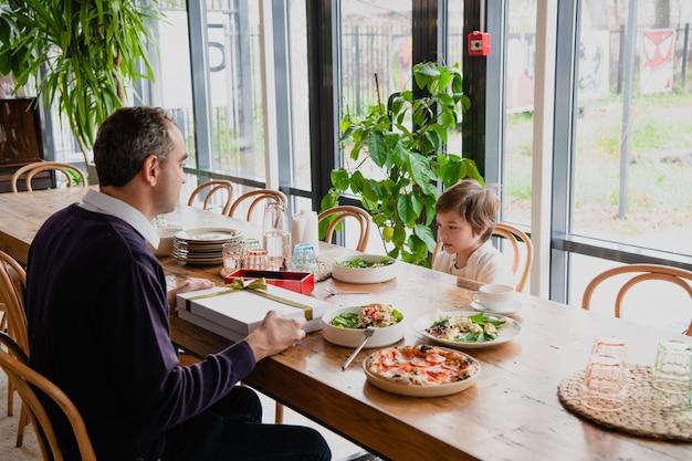Família de dois aproveitando o tempo juntos em um café