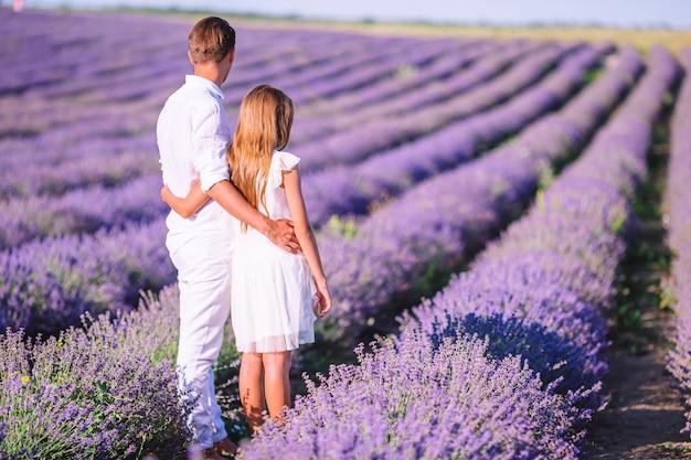 Família de dois em campo de flores de lavanda