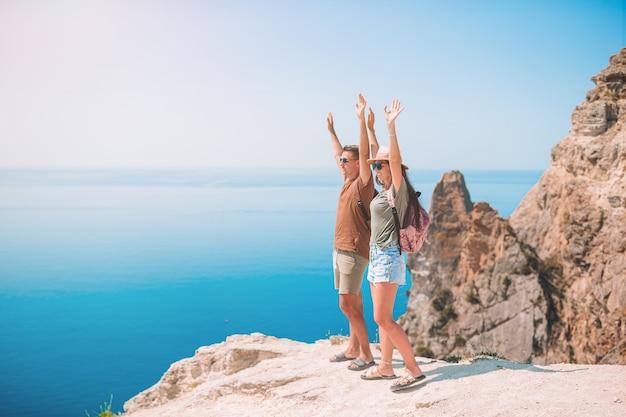 Família de dois viajar nas montanhas. conceito de turistas na europa