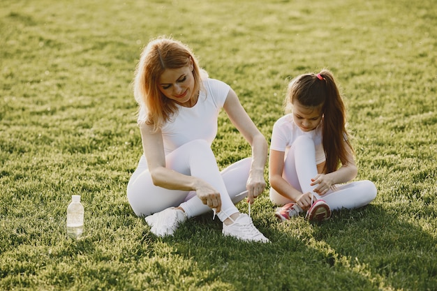 Família de esportes em um parque de verão