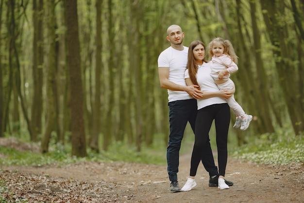 Família de esportes em uma floresta de verão