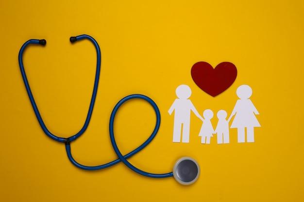 Família de estetoscópio e corrente de papel, coração vermelho em amarelo, conceito de seguro saúde