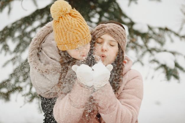 Família de férias em floresta nevada