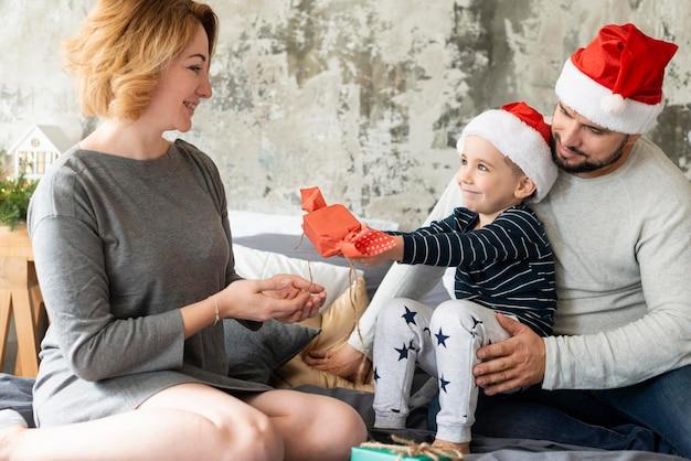 Família de frente reunida no dia de natal