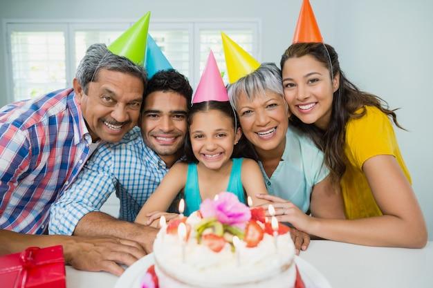 Família de geração feliz comemorando a festa de aniversário em casa