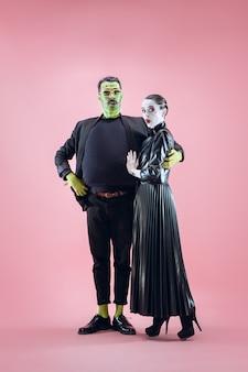Família de halloween casal feliz em fantasia de halloween e maquiagem. tema sangrento, a loucura