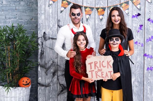 Família de halloween pronta para gostosuras ou travessuras