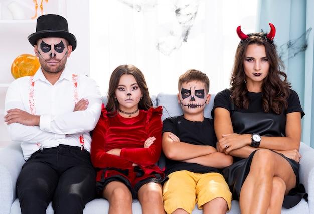 Família de halloween vista frontal, olhando para a câmera