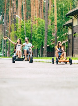 Família de jovem turista moderna e feliz de férias, andando de bicicleta e se divertindo juntos
