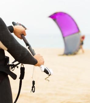Família de kitesurfistas na praia do oceano