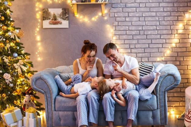 Família de natal com dois filhos na bela sala de estar