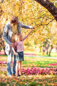 Família de pai e filho em lindo dia de outono no parque