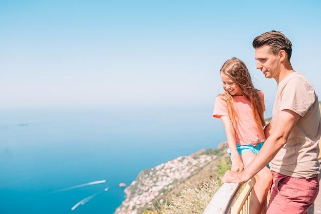 Família de pai e filho nas férias de verão na costa de amalfi, itália