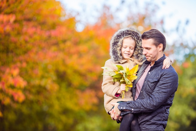 Família de pai e filho no lindo dia de outono no parque