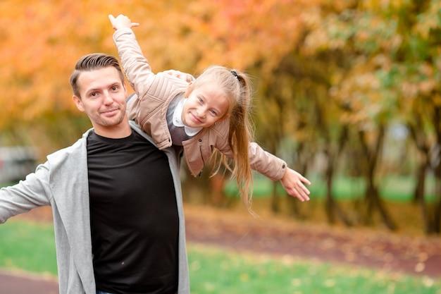 Família de pai e filho se divertindo no lindo dia de outono