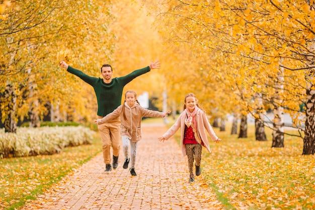 Família de pai e filhos em lindo dia de outono no parque