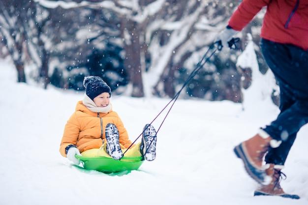 Família de pai e filhos férias na véspera de natal ao ar livre