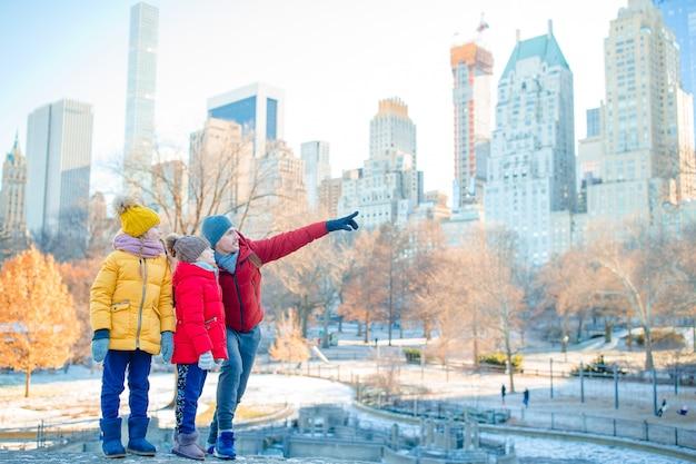 Família de pai e filhos no central park durante suas férias em nova york