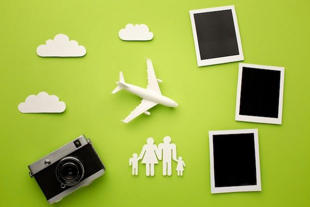 Família de papéis da vista superior com câmera e fotos instantâneas