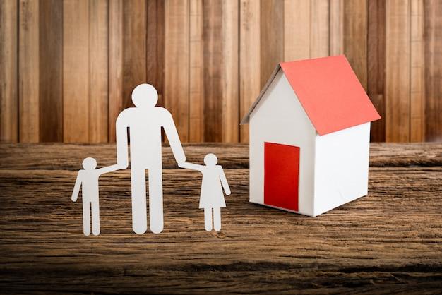 Família de papel cadeia simbolizando e casa