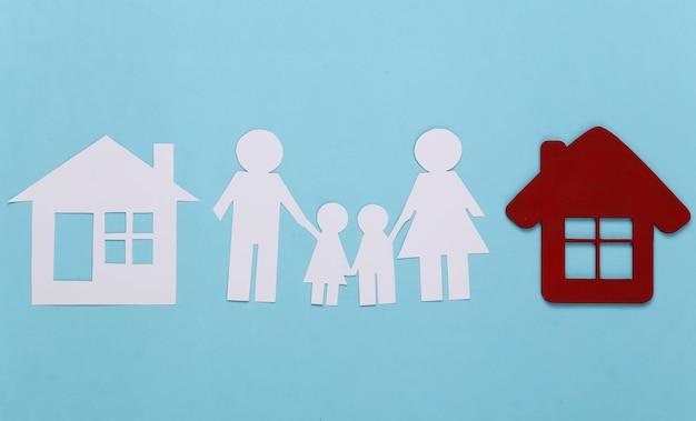 Família de papel com casas em azul