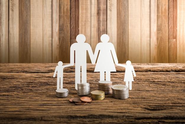 Família de papel corrente simbolizando. conceito de empréstimo imobiliário