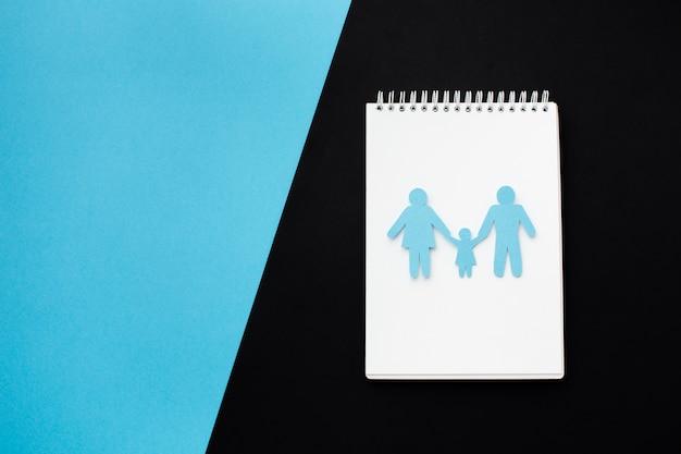 Família de papel de vista superior com espaço de cópia