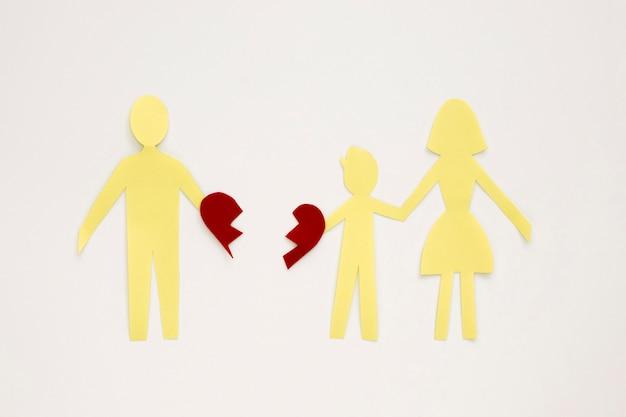 Família de papel separada e coração partido